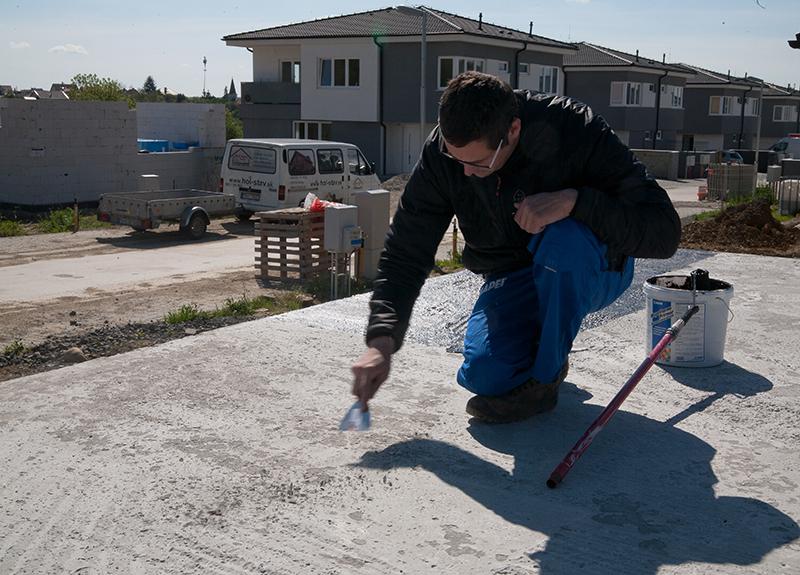 Z betónového povrchu odstránime cementové mlieko, voľné časti, prach a ostré hrany mierne zaoblíme.