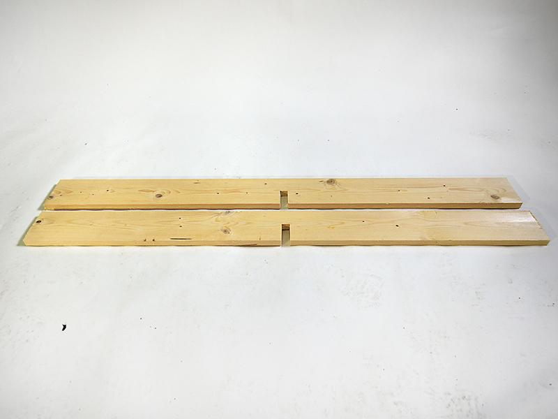 Do stredov dosiek dlhých 1 400 mm vypílime drážky 22 mm široké a 58 mm hlboké. Pílime do polovice šírky dosky.