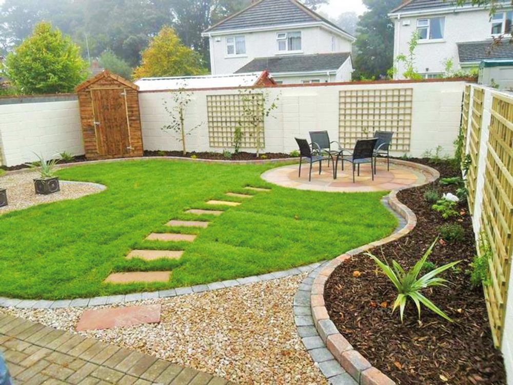 Kamenný, alebo tehlový obrubník sa hodí do modernej, resp. tzv. anglickej záhrady, kde aj na fasáde domu, alebo inde v záhrade sú použité rovnaké prvky.