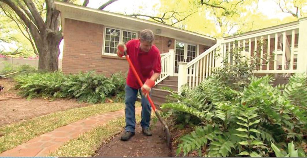 Trasu obrubníka si vyčistíme od zeme, poodstraňujeme prekážky, ako sú rastliny, korene a kamene. Lopatou alebo rýľom aspoň podľa oka zarovnáme.