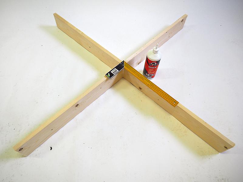 Hornú a spodnú dosku zlepíme v drážkach do kríža. Kríž musí mať po položení na zem rovnakú výšku