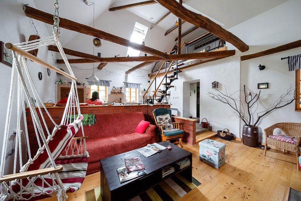 Vidiecku atmosféru v interiéri dotvárajú viditeľné drevené trámy nepravidelných tvarov.
