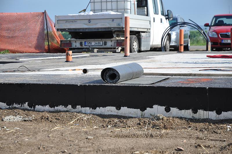 Odrežeme požadovanú šírku asfaltovaného pásu. Pás má mať šírku rovnú šírke muriva plus 150 mm.
