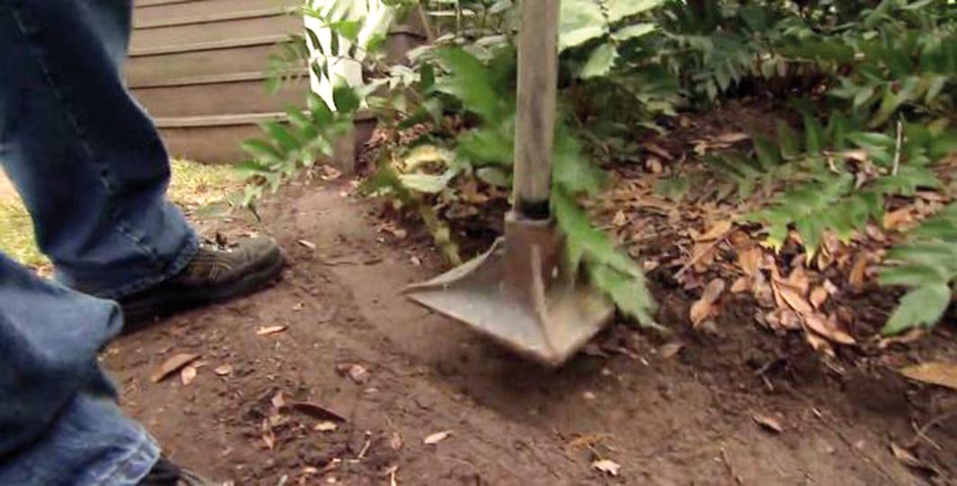 Tĺčikom spevníme podklad obrubníka. Ak oddeľujeme záhon od trávnika, je vhodné urobiť aj oddrenážovanie podsypaním vrstvy kameniva.