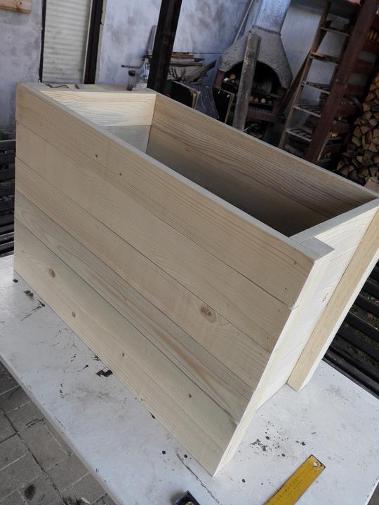 Dlhšie steny – boky Postavíme ich oproti sebe a spájame ich odspodu ukladanými latami pomocou klincovačky.