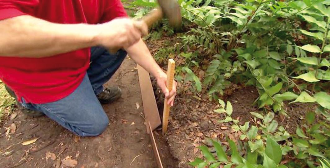 Drevenými kolíkmi (prípadne železnými tyčkami) si ukotvíme lišty v rozstupe cca 0,5 m. Takto dosiahneme plynulú, príjemne tvarovanú líniu.