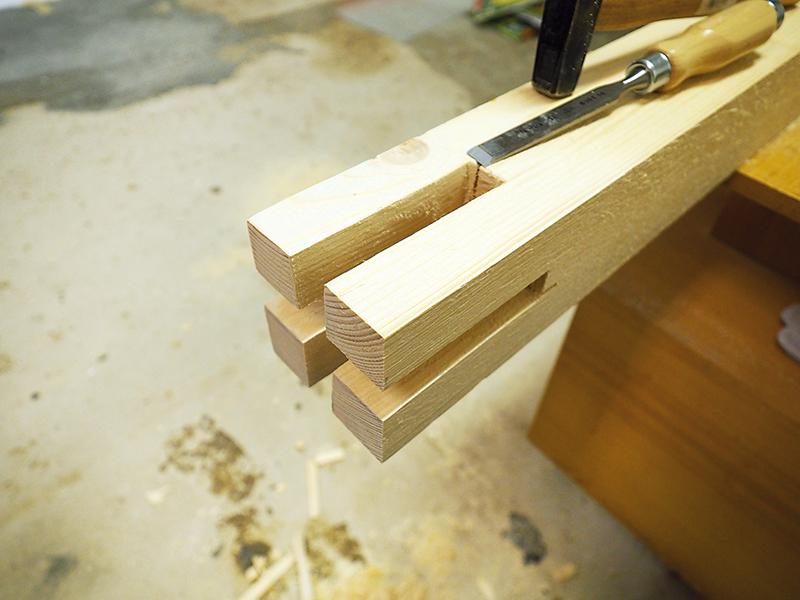 Dlátom vysekáme drážky do úrovne polovice hrúbky dreva, potom sekáme drážku z opačnej strany dreva.