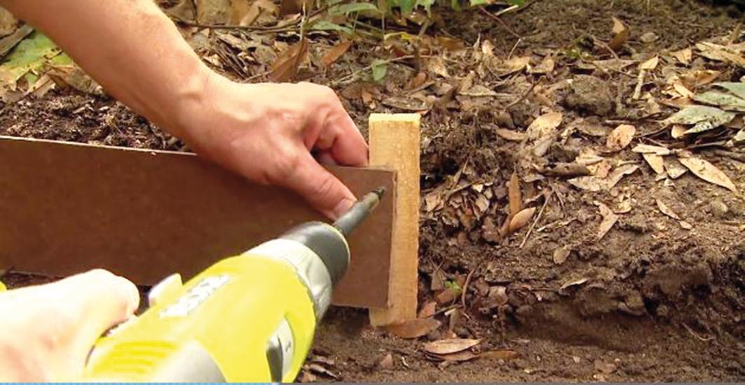 Lišty poprichytávame na kolíky samoreznými skrutkami. Ak použijeme železné tyčky, musíme vyvŕtať pri každej tyčke dve dierky a uchytávať lišty drôtom.