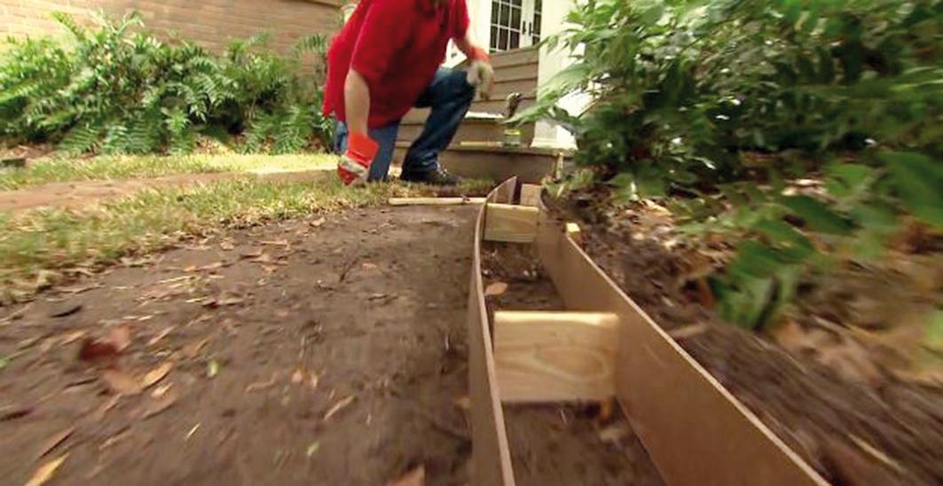 Pomocou ďalších líšt natiahneme vonkajšiu líniu obrubníka. Pomôžeme si drevenými hranolčekmi. Vonkajšia línia musí presne kopírovať vnútornú.