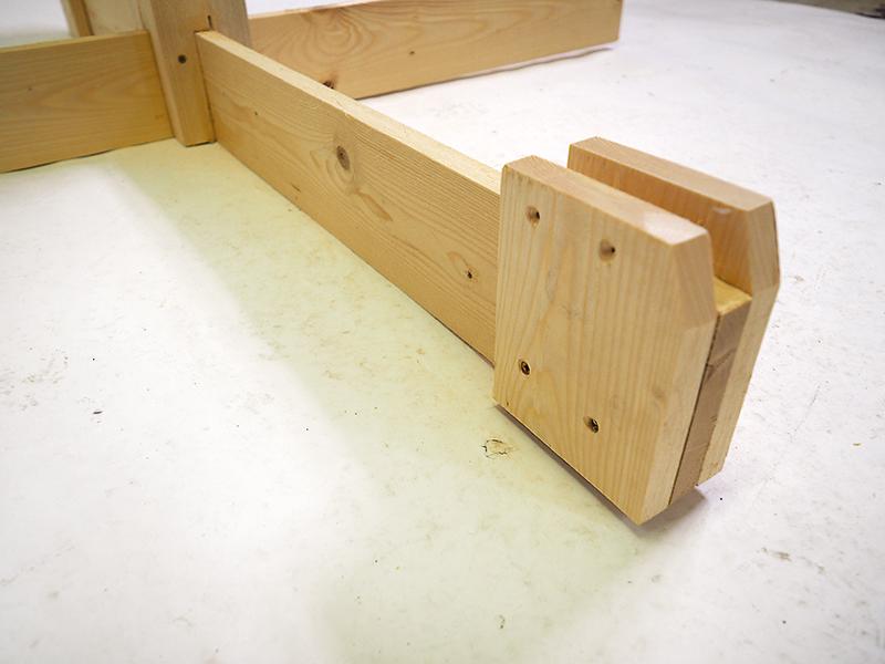 Pätky nosníkov dlhé 150 mm upevníme dvomi skrutkami s priemerom 4 × 50 mm. Vrchné diery slúžia na priskrutkovanie k nosníkom.