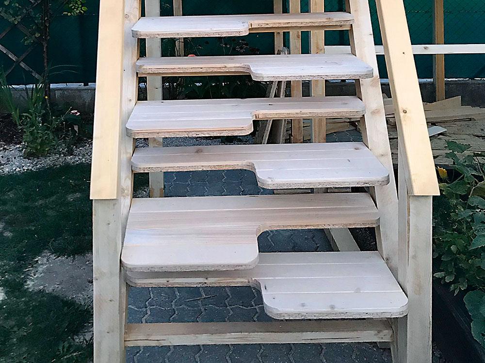 Mlynárske schody sú dvojité– zdosák OSB (18 mm) apodlahových paluboviek 19 mm. Spodné nosné hranoly majú 7,5 × 5 cm.