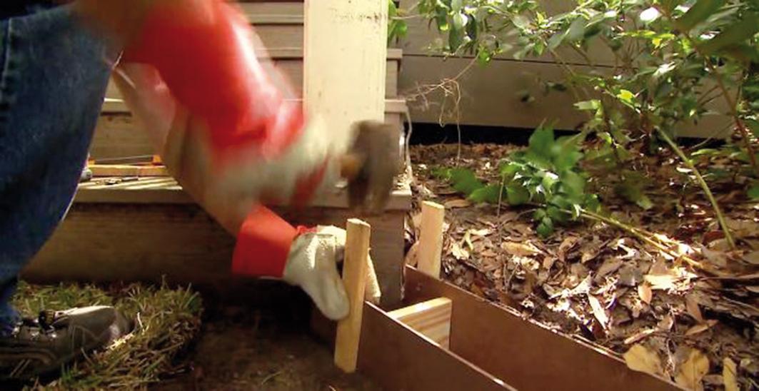 Z drevených hranolčekov vytvoríme dilatačné prvky a nabijeme k nim z obidvoch strán zvonka drevené kolíky. Dilatácia je prevencia pred praskaním.