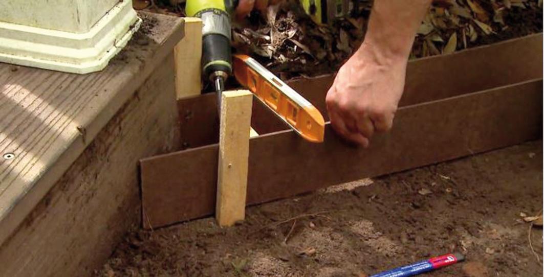Dilatačné hranolčeky priskrutkujeme o kolíky, čím spevníme celý systém. Ich výška by mala byť o cca 1 cm menšia ako výška drevených líšt.