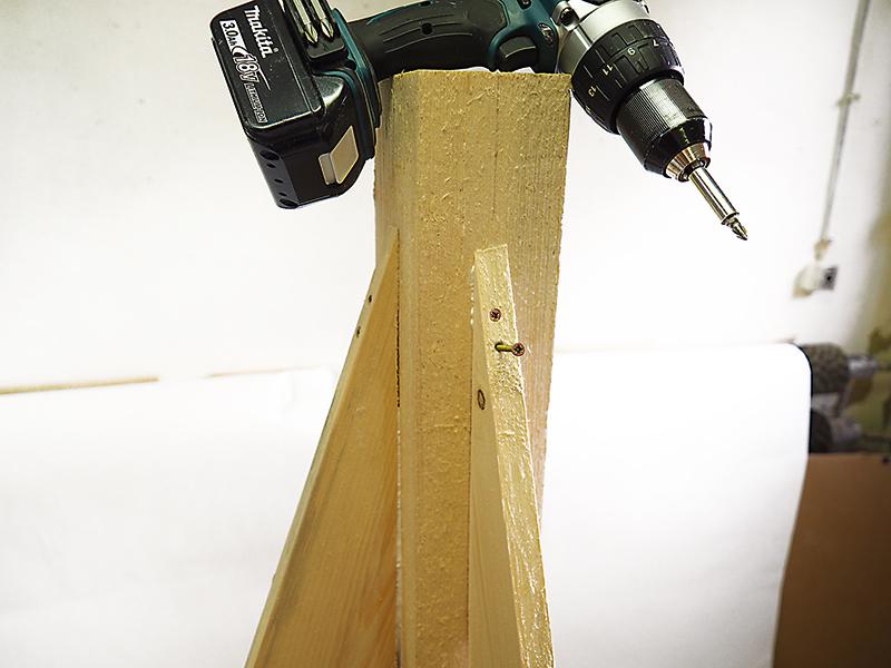 Vlepíme spodnú časť nosníka. Predtým vyvŕtame diery 30 mm od seba a nosník priskrutkujeme v strede hranola.