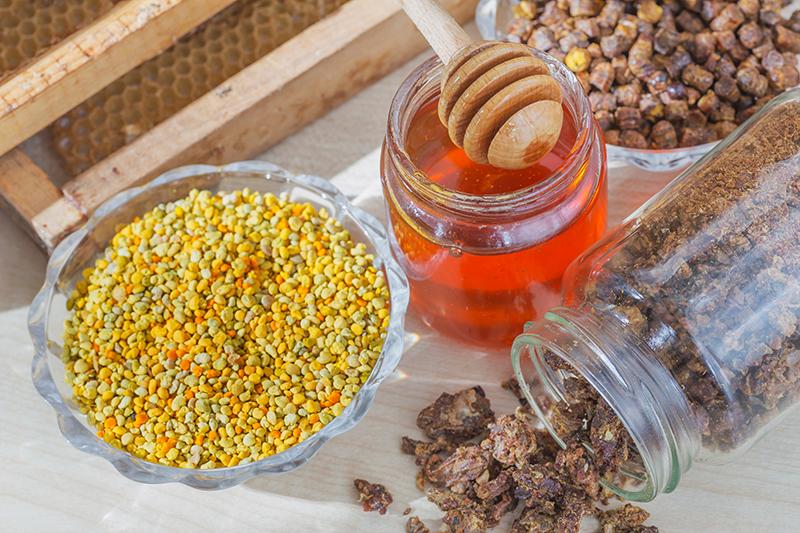 Včelie prodkukty: med, peľ (žltý), propolis, vosk (z plástov).