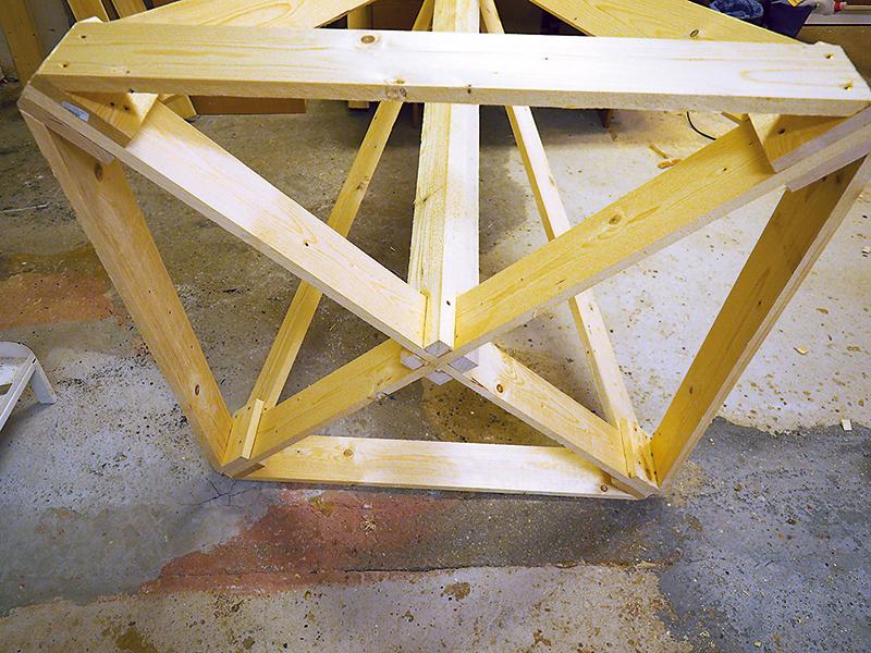 Najprv dokončíme rám podstavca. Spodné rámové dosky dlhé 950 mm spevnia celú základnú konštrukciu rámu.