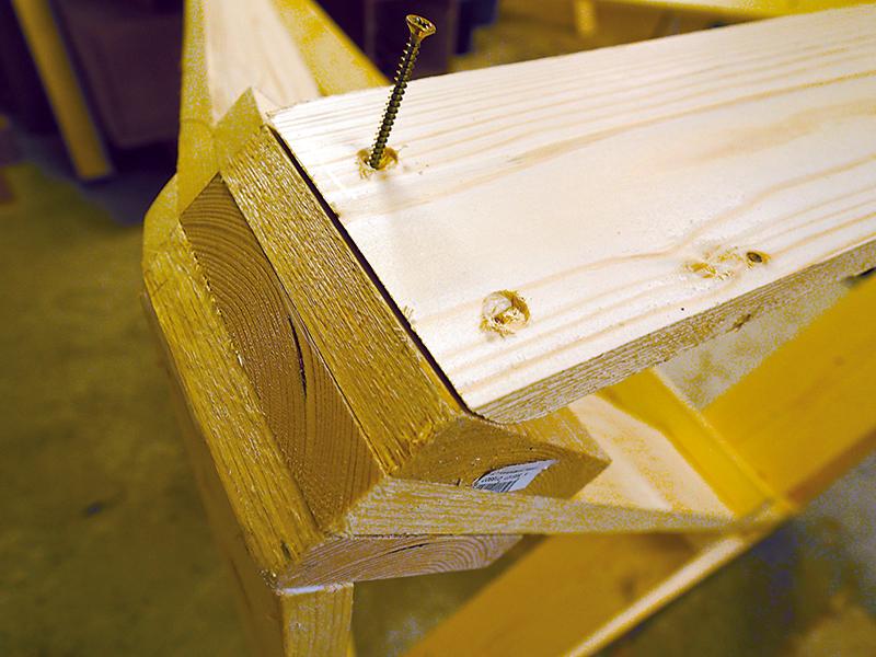 Nárožie rámu Rámové dosky sú na koncoch zarezané pod 58-stupňovým uhlom a sú upevnené skrutkami ø 4 × 50 mm.