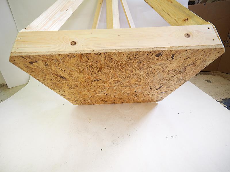 Spodnú dosku OSB (1 040 × 1 040 × 20 mm) upevníme k rámu skrutkami ø 4 × 50 mm. Po priskrutkovaní odpílime rohy dosky.