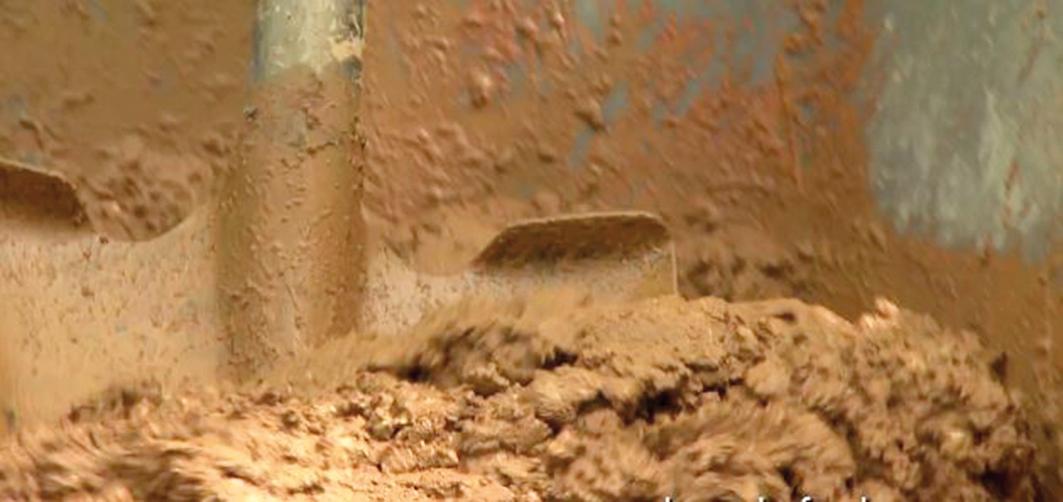 Vymiešaná zmes musí byť homogénna. Dobre premiešame hlavne suchý betón na spodku fúrika. Vodou si regulujeme, či zmes bude riedka alebo hustejšia.