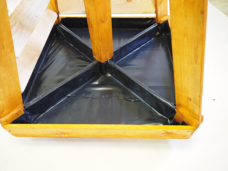 Jazierkovú fóliu z PVC prisponkujeme zvrchu na kríž a spodnú dosku sponkovačkou. Získame lôžko na násyp substrátu.