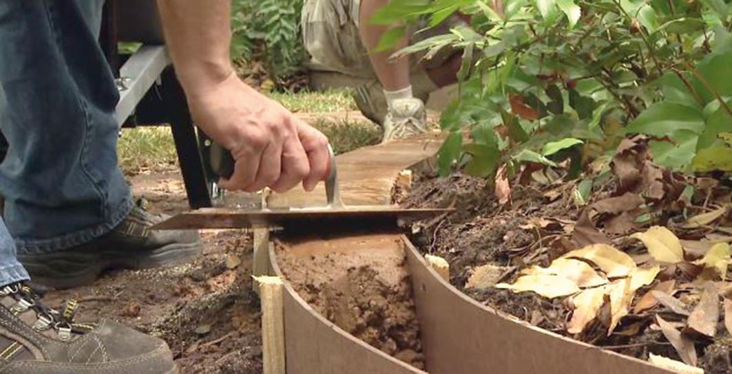 Povrch obrubníka priebežne hladíme hladidlom. Zavadzajúce kolíky spílime tak, aby sme nakoniec celý obrubník vyhladili na jeden ťah.