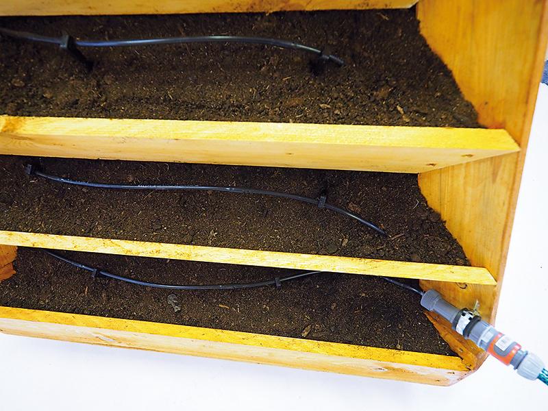 Rúrkovou úchytkou pripevníme regulátor k drevenému nosníku. Hadicu jednoducho nasunieme na tlakový regulátor.