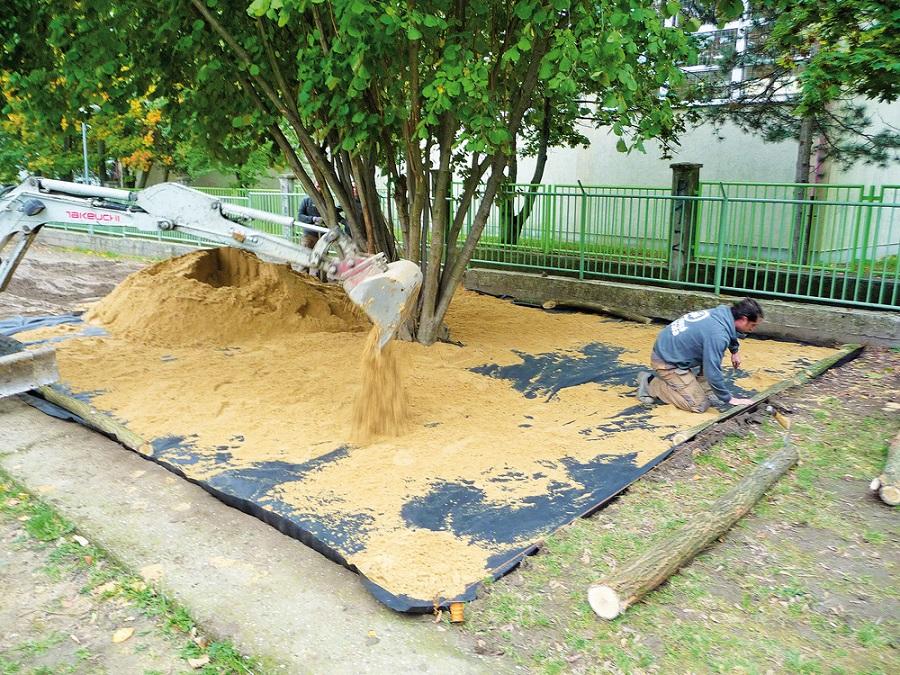 Vo verejných plochách, alebo ako obruba pieskoviska sa dá použiť ako obrubník aj trvanlivé agátové drevo. Jeho výhoda spočíva v jednoduchom ukotvovaní.