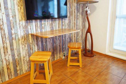 nástenný stolík