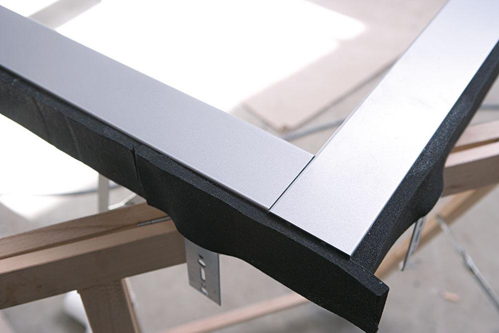 Na rohoch spájame komprimačnú pásku natupo. Vybraná (parotesná) časť pásky má smerovať vždy dovnútra miestnosti.
