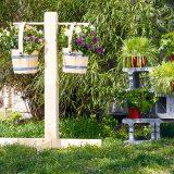 drevený stojan s kvetináčmi