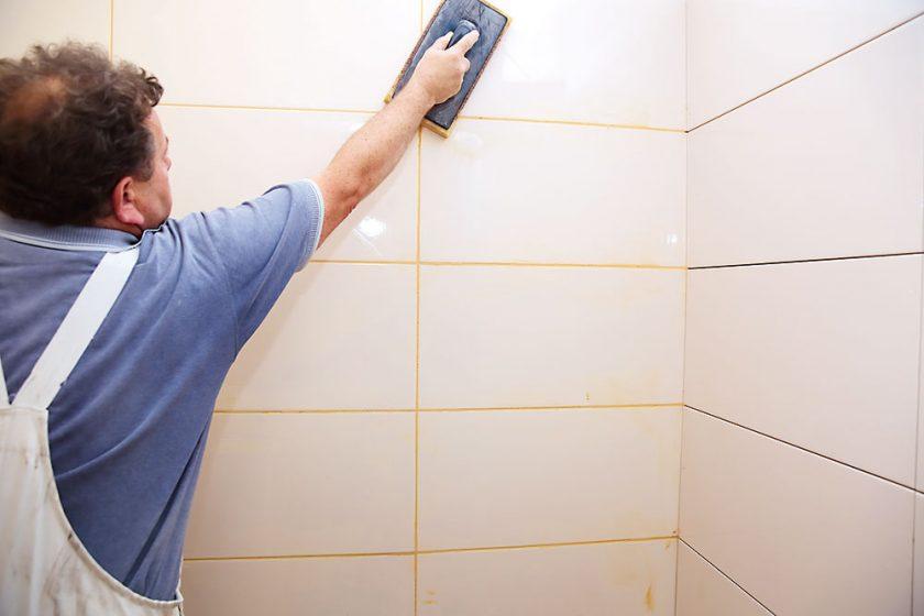 práca s obkladom v kúpeľni