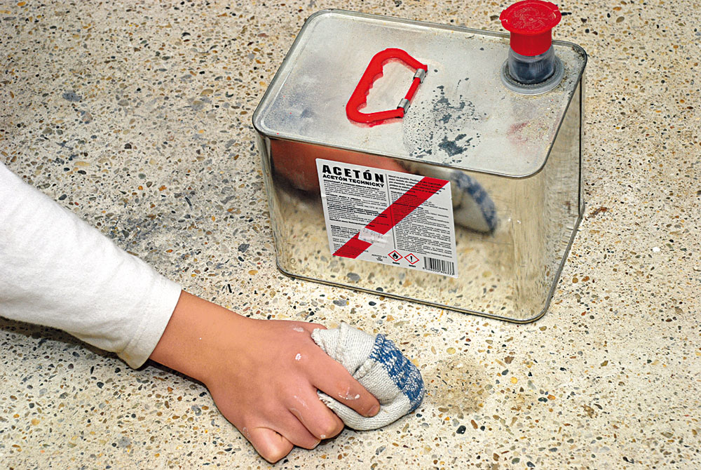 čistenie podlahy acetónom
