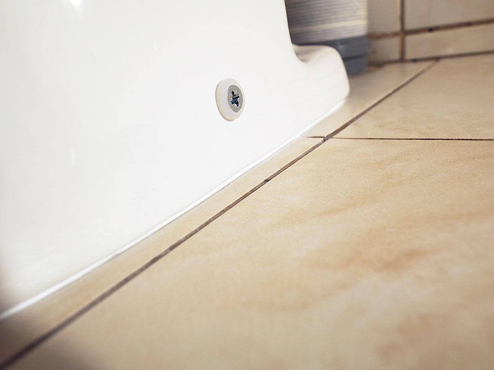 silinónovanie WC misy k podlahe