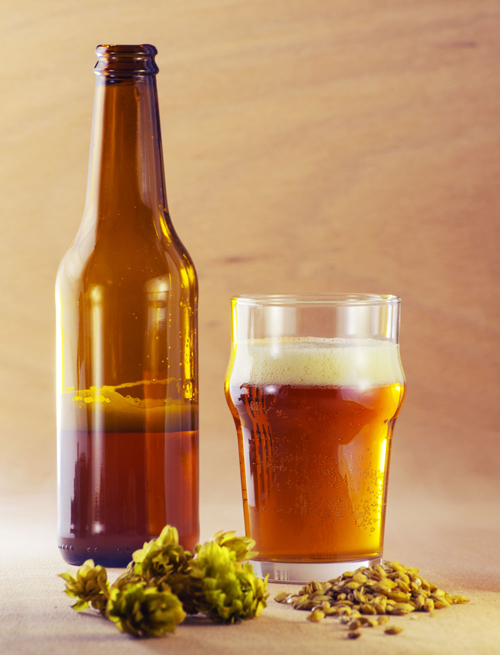 pivo vo fľaši v pohári