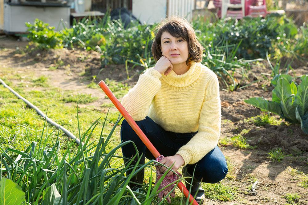 žena v záhrade