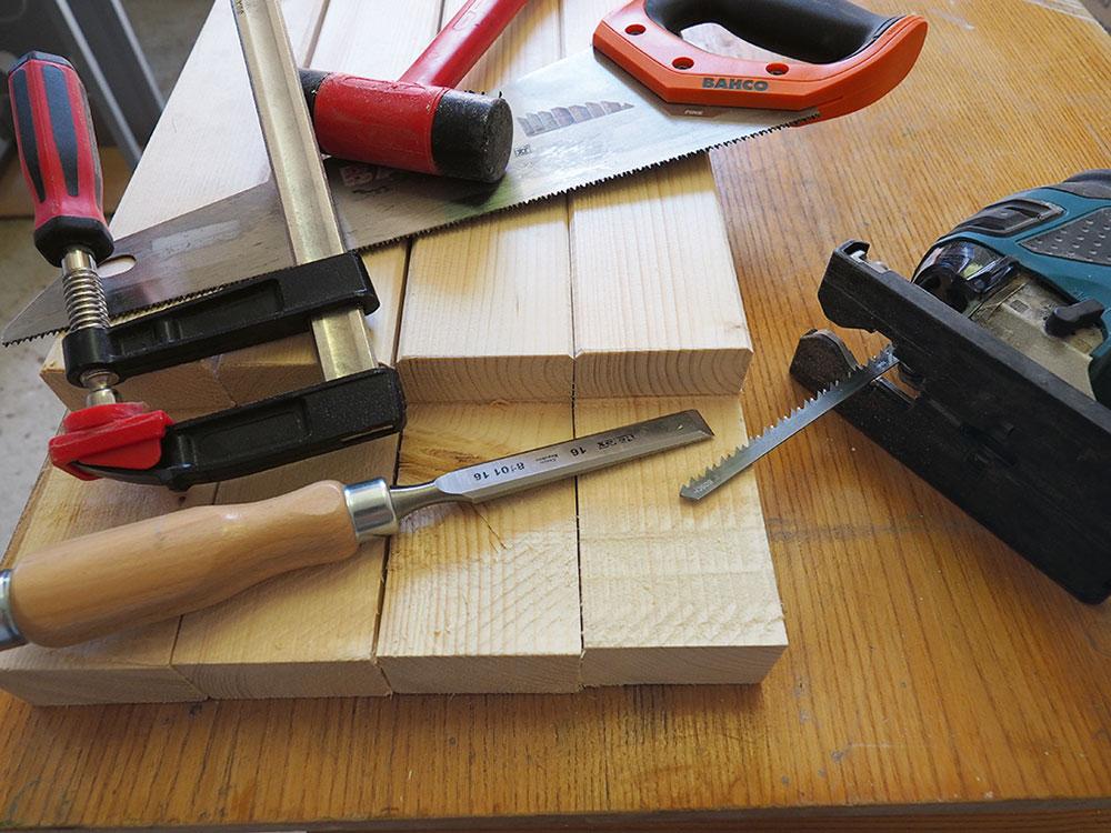príprava drevených dosák s ručným náradím