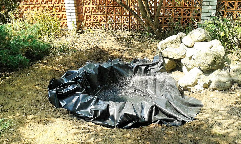 napúštanie vody do záhradného jazierka z pneumatiky