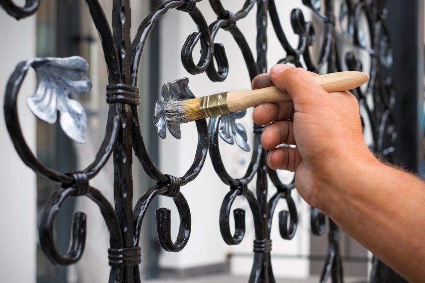 Natieranie kovového plotu