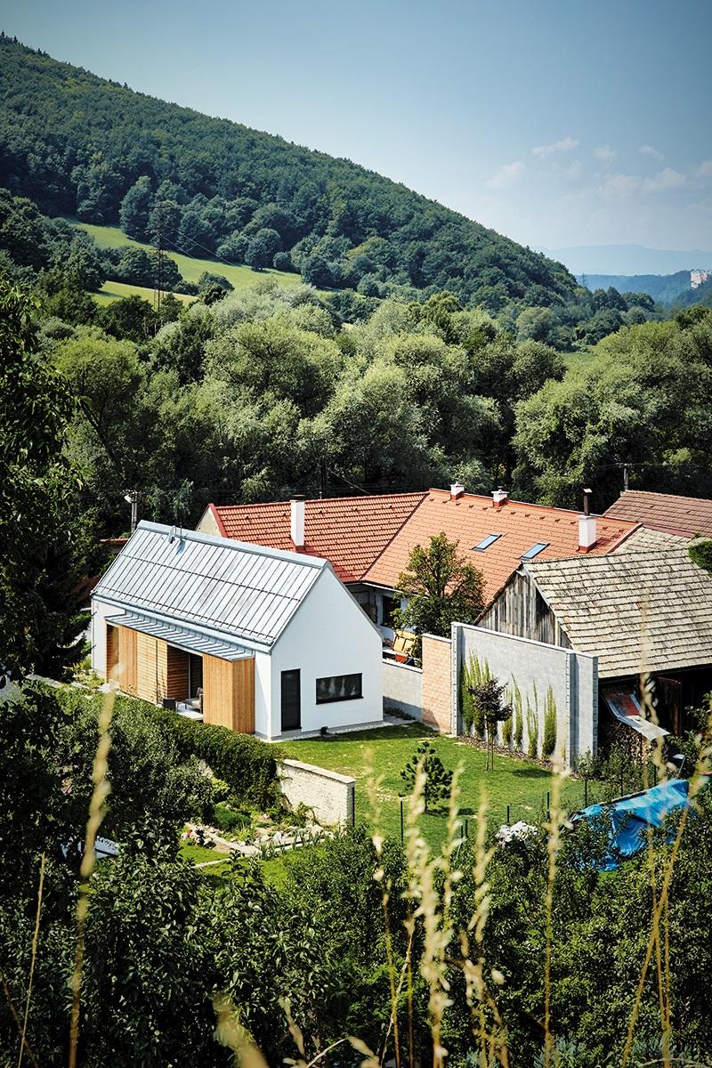 Rodinný dom s bielou fasádou