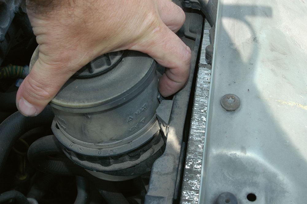 vytiahnutie nádobky s olejom pre posilňovač riadenia