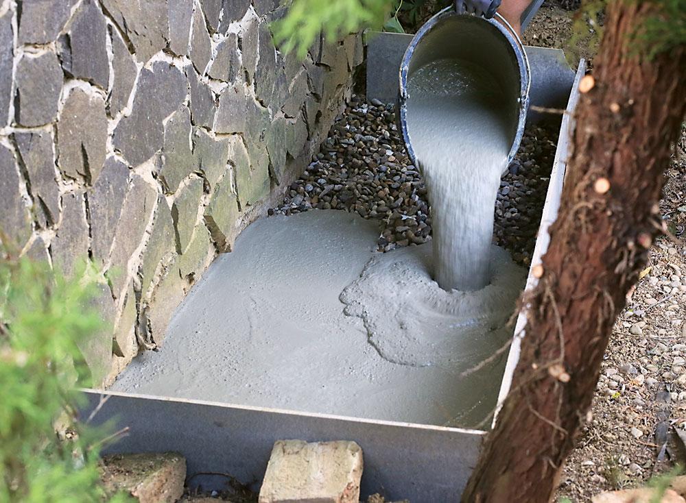 vylievanie betónu do jamy