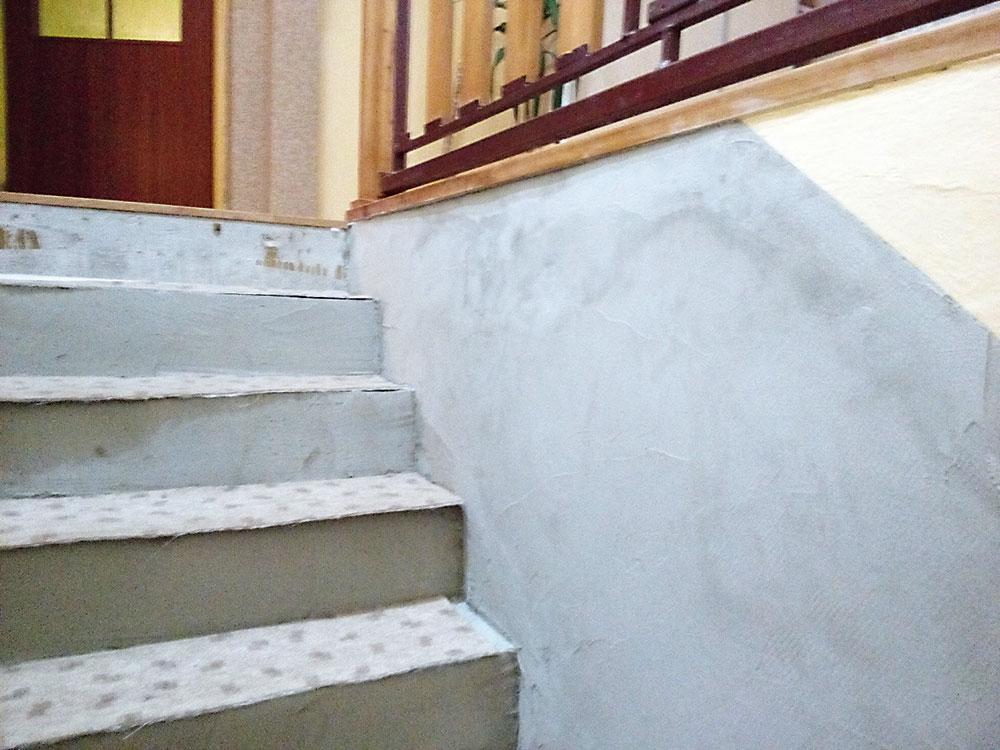 nanesenie stavebného lepidla na schody