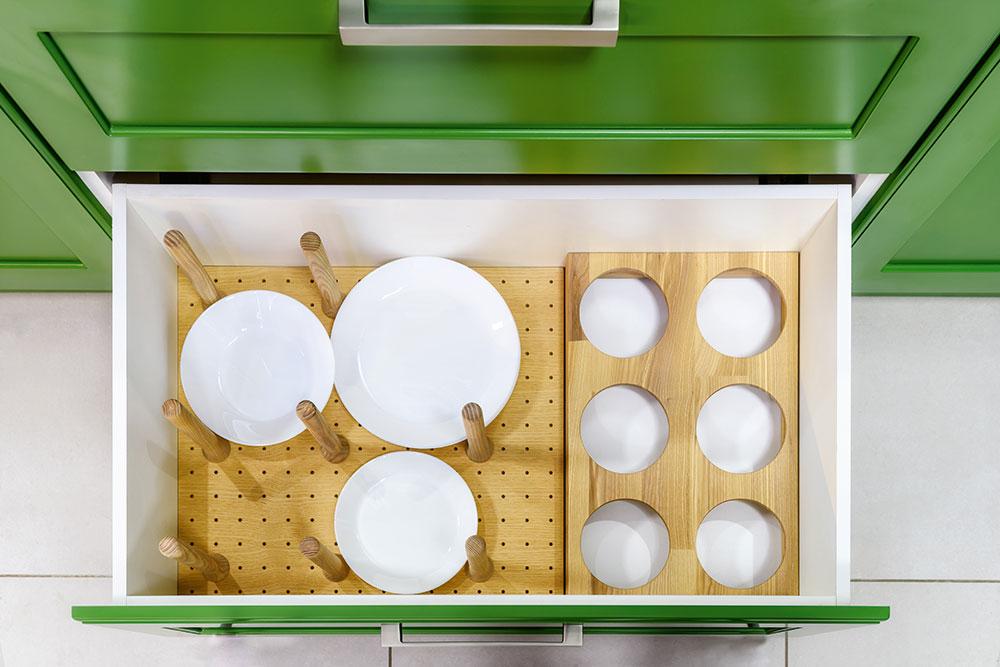 úložné priestory na hlboké aplytké taniere v zásuvkách