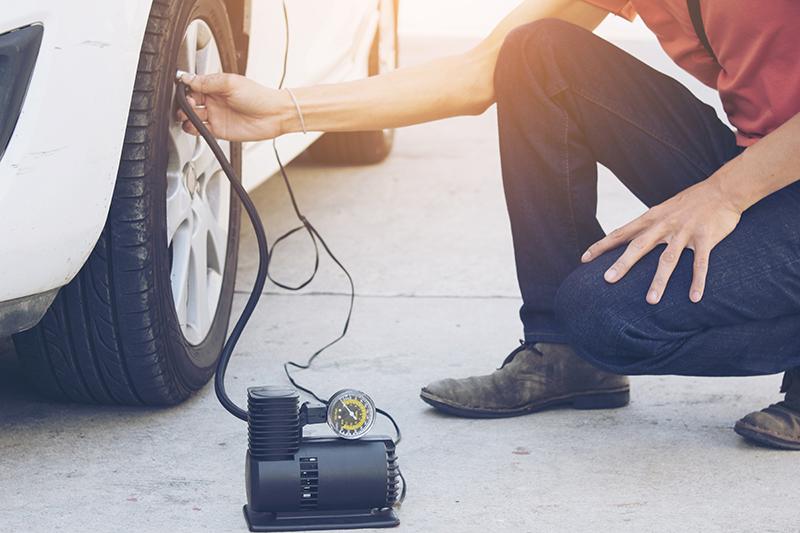 kontrola tlaku v pneumatikách