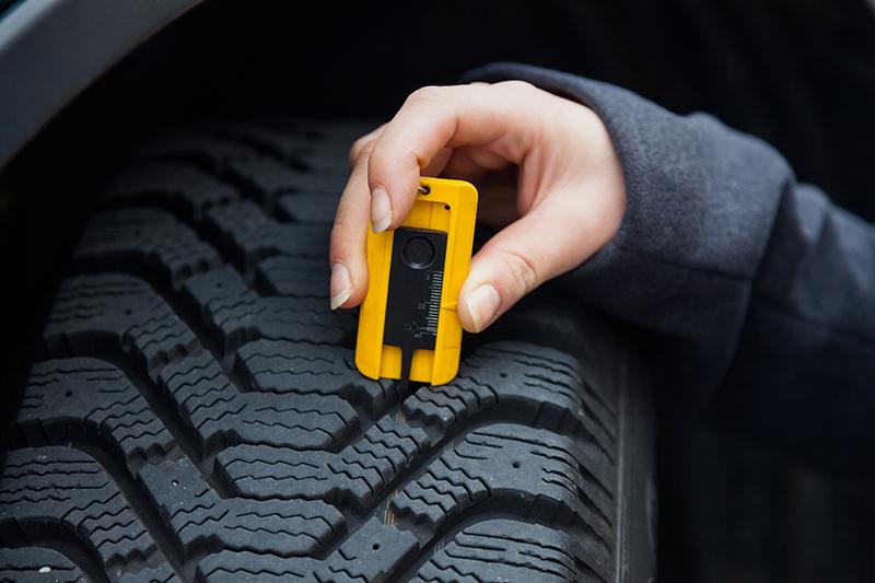 kontrola dezénu na zimných pneumatikách