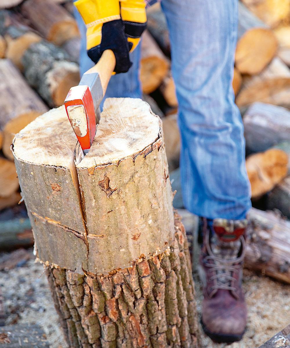 štiepanie dreva sekerou