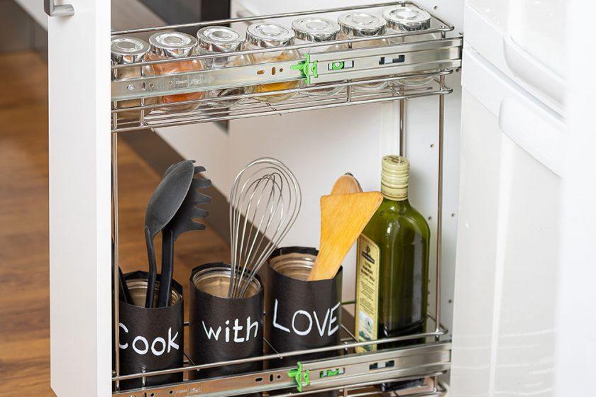 Výsuvný regál do kuchyne