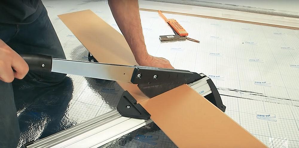 Rezanie podlahy Pri rezaní podlahy priamočiarou pílou si dosku otočte dekorom smerom dole, aby ste ho nepoškodili.
