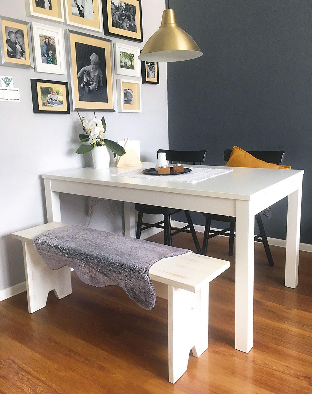 drevená lavica so stolom
