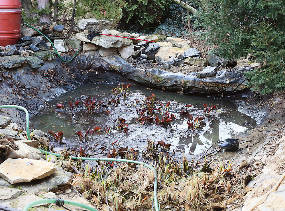 prečerpávanie vody v záhradnom jazierku